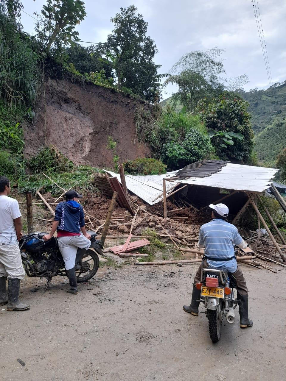 Familia atrapada por Alud de tierra en el municipio de Guadalupe en el Huila. - Noticias de Colombia